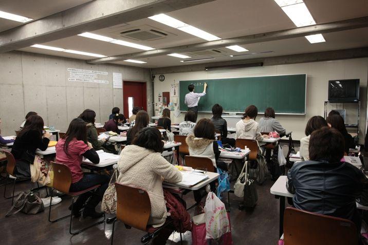 講義はクラス単位(40名)、各教室で行われます。