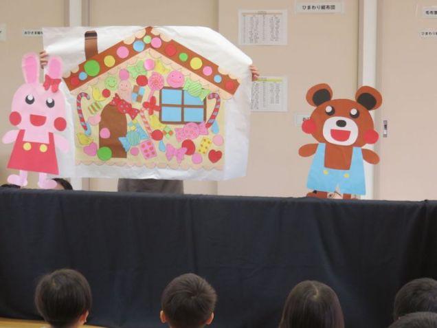 保育園での歯科保健指導です。手作りの紙人形劇を行い、園児たちに歯の大切さを知ってもらいます。