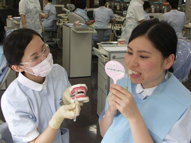 歯磨きの指導の実習です。分かりやすく患者さんに伝える練習をします。