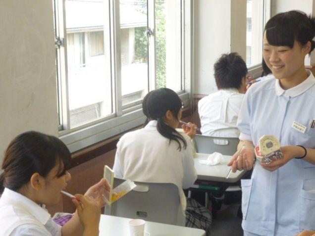 中学生、高校生に共感しながら歯磨き指導をおこないます。