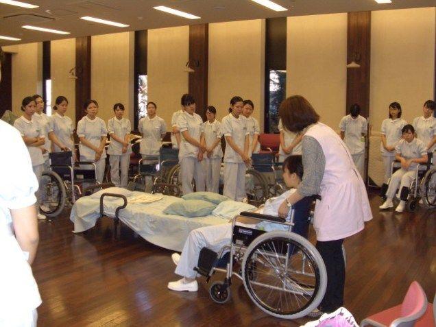 車椅子の操作、患者介助の方法、口の機能訓練の方法を学びます