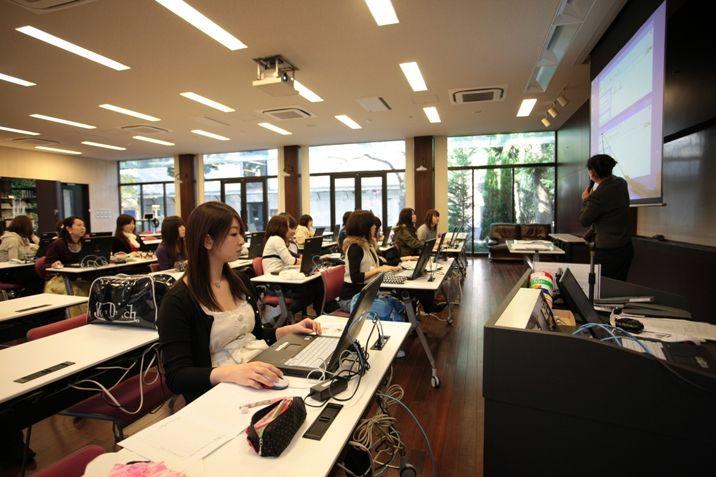 TAKIホールでは、本校独自のネットワーク環境の下、一人一台のパソコンでレポート作成・データ処理・研究発表等に使用しています。